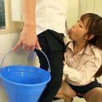 両手が使えない状況で憧れの女教師に誘惑されて突然フェラされ口内射精をしてしまう男子