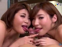 銭湯で全裸の巨乳娘達にフェラでチンチンを奪い合いされ、三回連続口内射精をして金玉を空っぽにされる