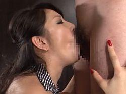大量唾液と卑猥な音の深フェラで口内射精をさせ、しゃぶり続けて二度抜きする熟女 浅倉彩音
