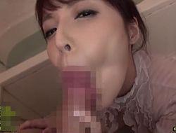 口内射精をしたくなる肉厚な唇でしゃぶる着衣フェラ 桜井彩