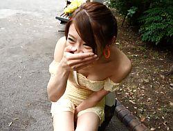 リモバイにより野外で欲情した七瀬ひなが公衆トイレでフェラチオ
