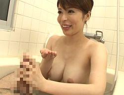 デカチンを持つ義理の息子と淫らな混浴をしフェラ抜きする桜井彩