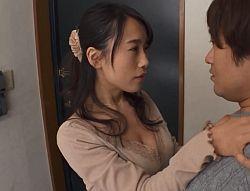 誘惑した向かいの部屋の若者をフェラ抜きしごっくんする長瀬麻美